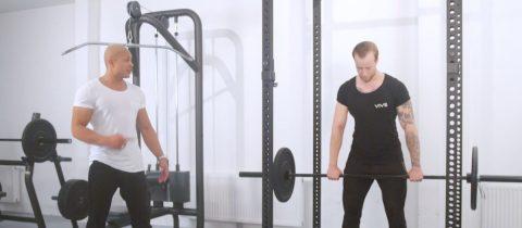 Fitness workout met halterstang