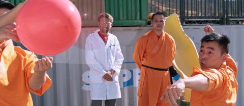 Shaolin monnik gooit naald door glas