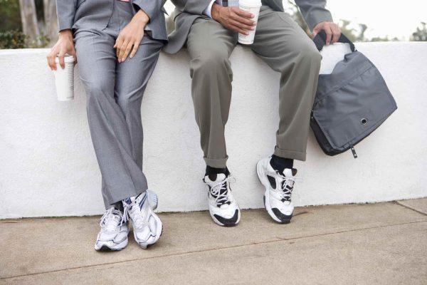 Sneakers onder een pak