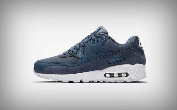 new styles 12517 20df5 Dit is hem, de meest iconische sneaker van Nike. De millennial kent hem als  geen ander. Als je vroeger niet op een paar Air Max schoenen liep, ...