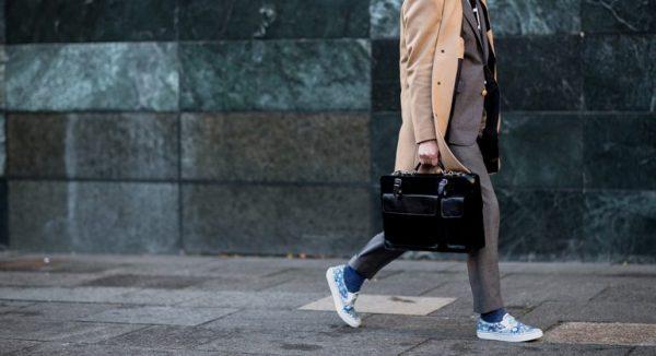 Zo draag je sneakers onder een pak