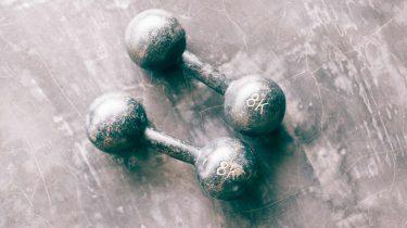 sporten dumbells sportschool etiquette