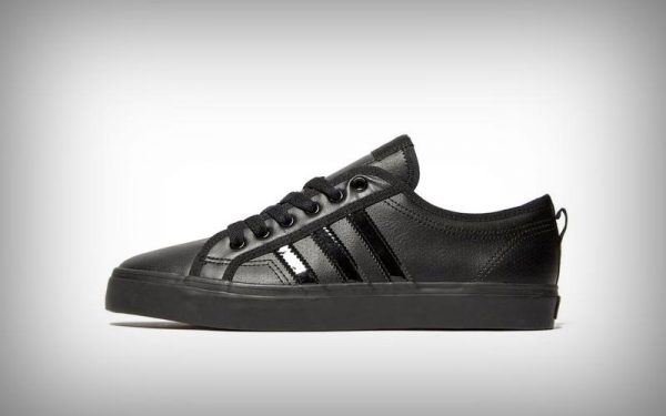 b7f9aa00faa Met deze compleet zwarte sneakers ben je helemaal klaar voor de herfst