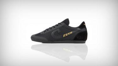 58d1a0a83d1 Met deze compleet zwarte sneakers ben je helemaal klaar voor de herfst