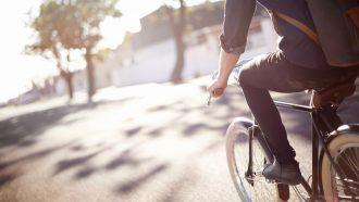 Man op de fiets aan het fietsen