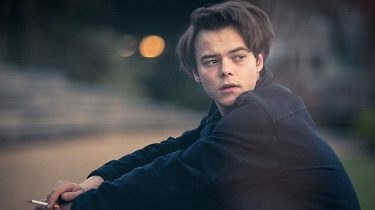 givenchy, charlie heaton, jonathan byers, looks, acteur