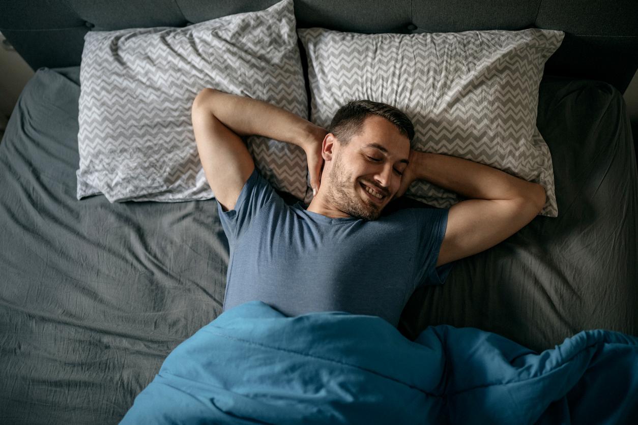 Man voldaan in bed