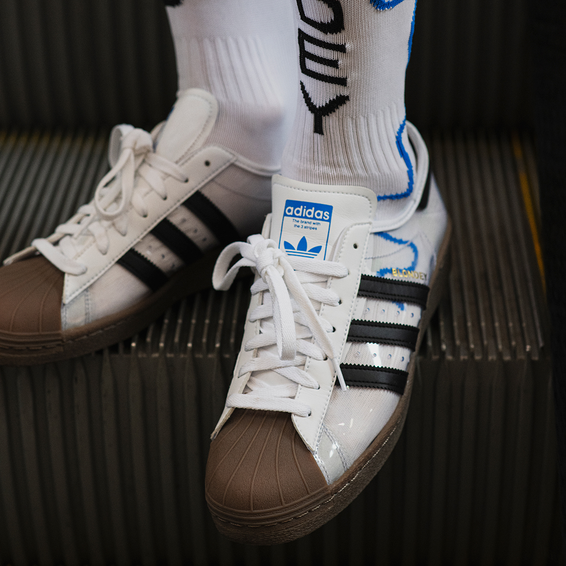Deze transparante Adidas Superstar sneakers kleur je met je